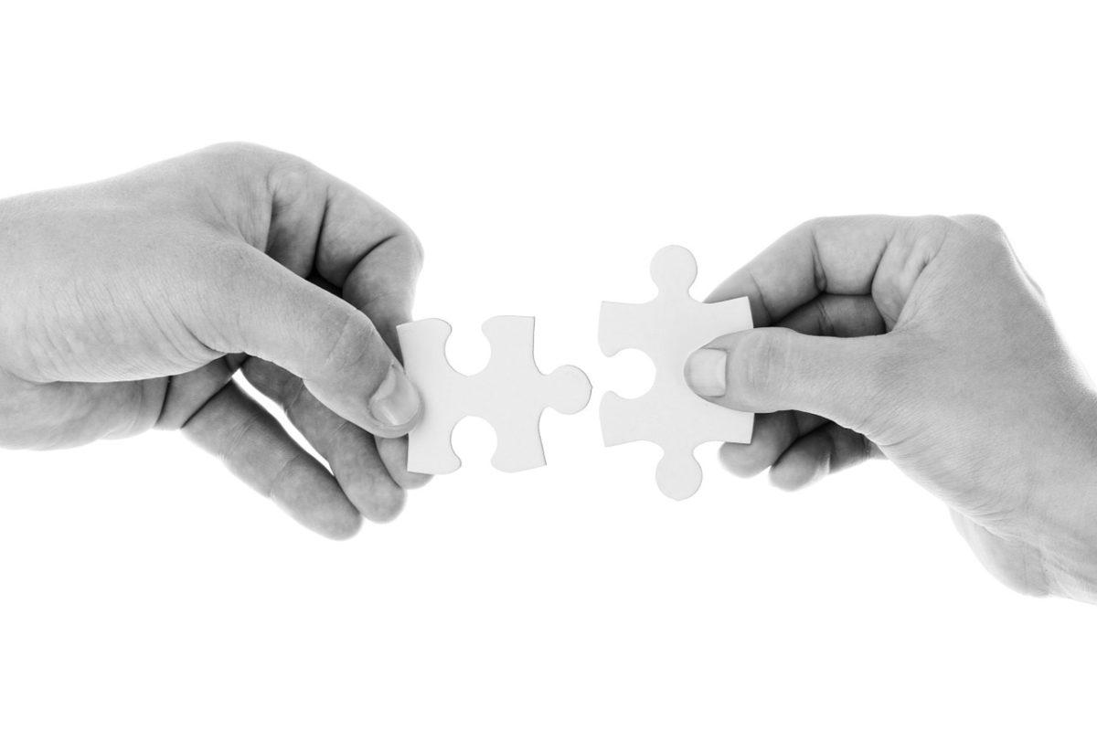 Familienstellen - Hände mit Puzzle